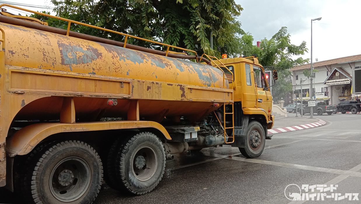 チェンマイの道路を掃除する散水車