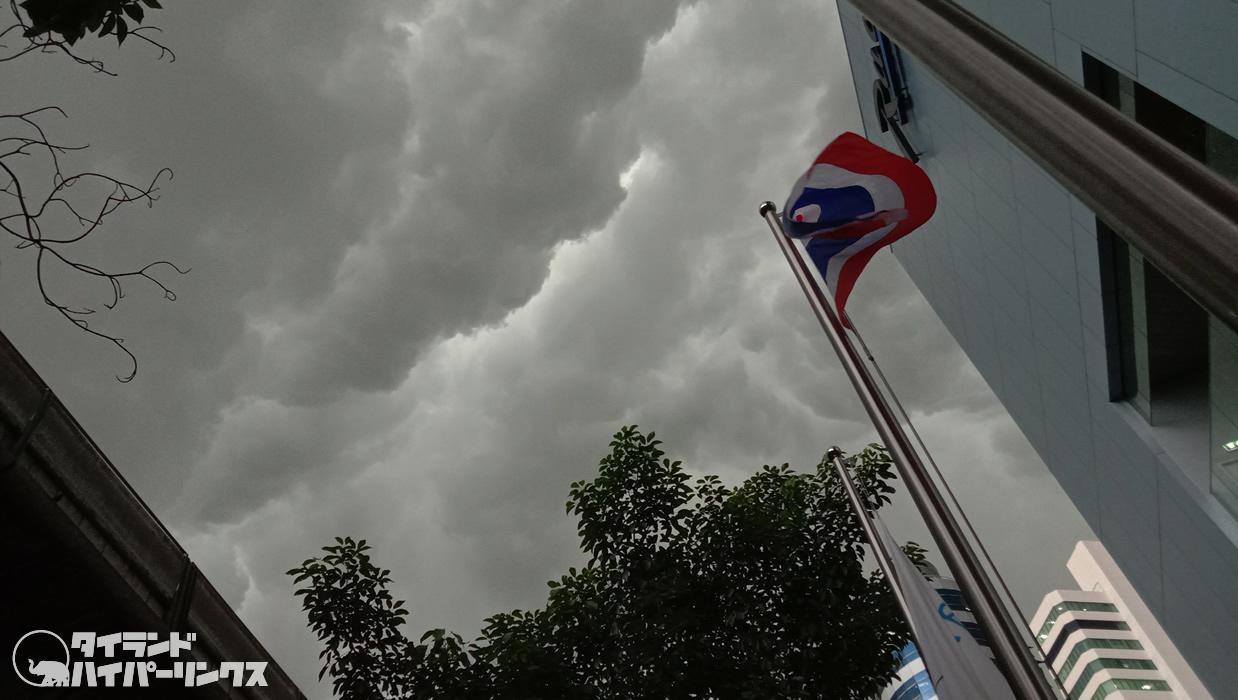 大雨で家に帰れない人々~なぜなら傘を持ち歩かないから