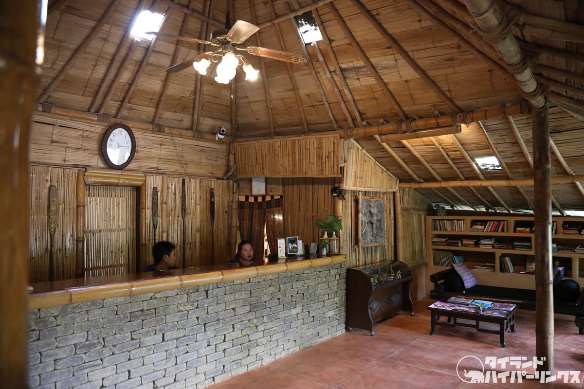 竹造りの小屋のレセプションで「プーチャイサイ」にチェックイン