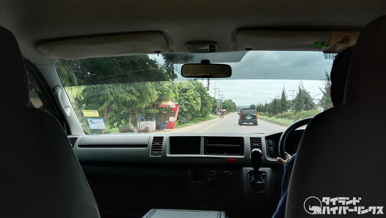 チェンライ空港から「プーチャイサイ」まで車で40分、送迎車で移動