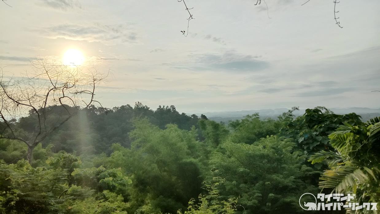 「プーチャイサイ」の朝食ブッフェは山から昇る朝日を浴びながら