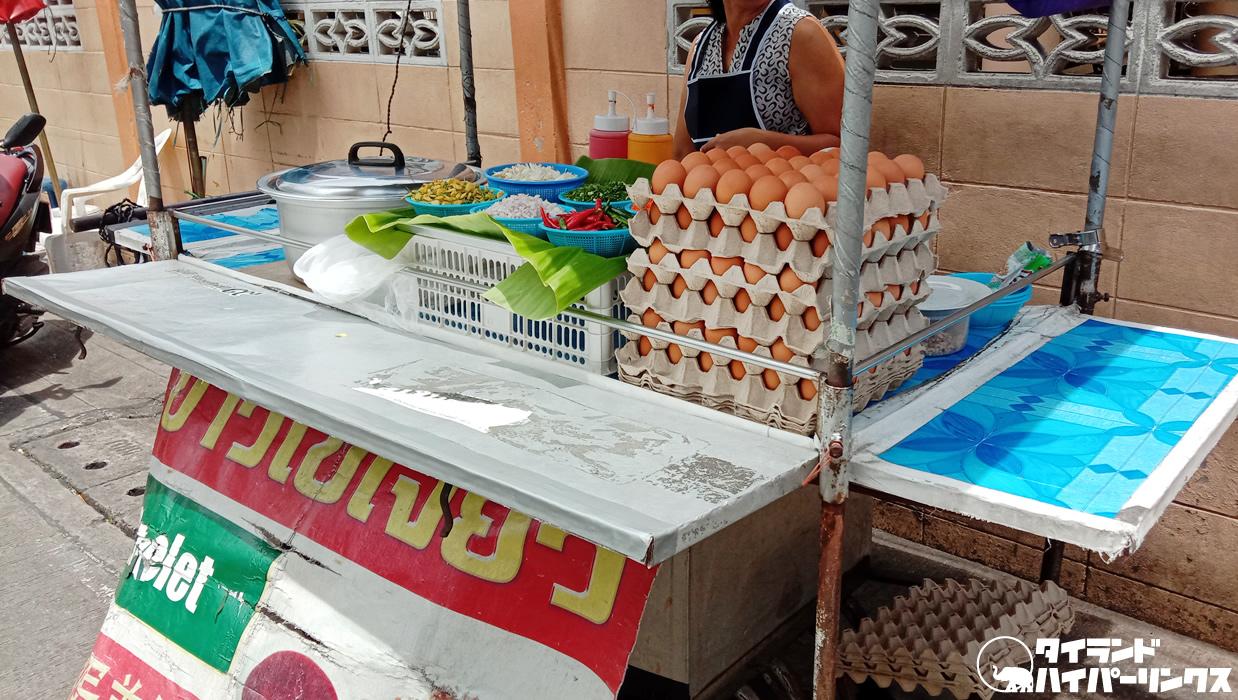 タイ式オムレツご飯「カオカイジアオ」の屋台