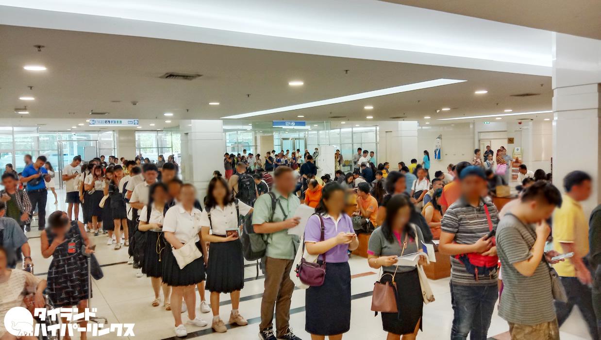 タイ政府総合庁舎のイミグレ大行列!その理由を聞いてみると・・・