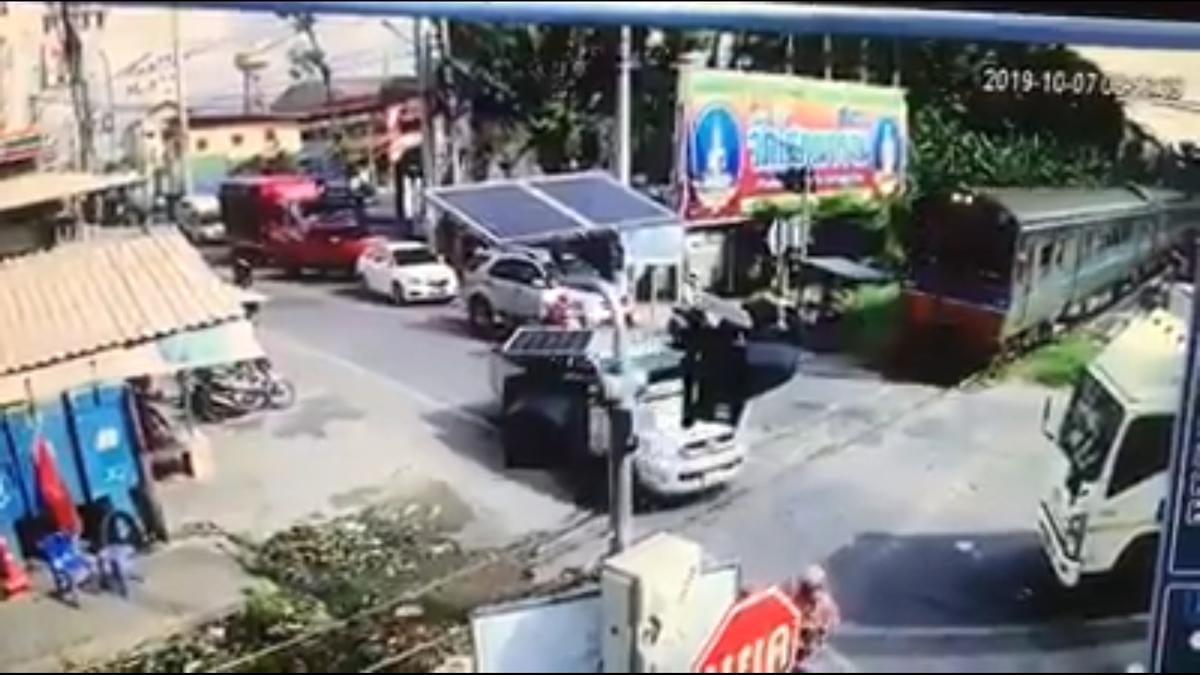 タイ中部の踏切内で列車とトラックが衝突、奇跡的に怪我人はなし(動画あり)