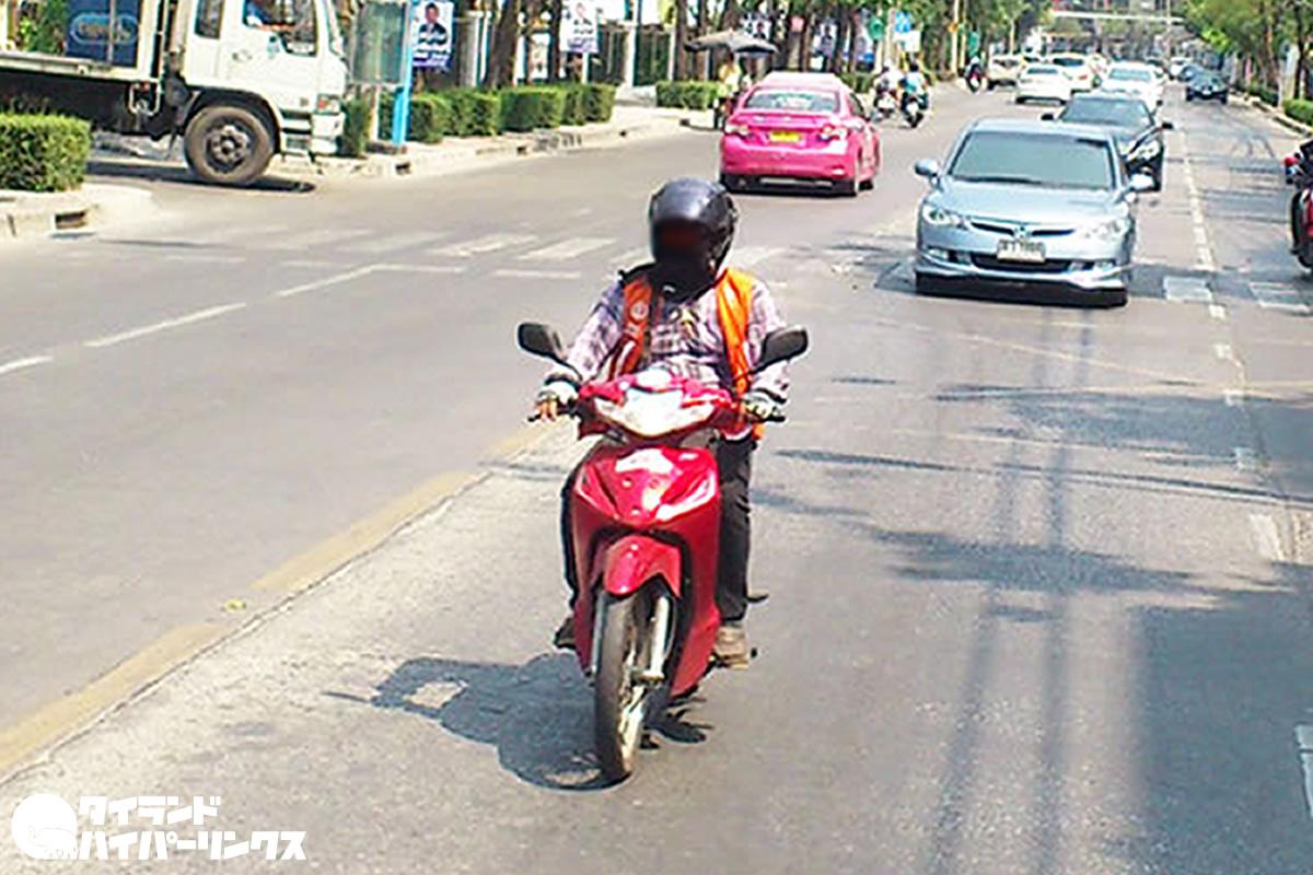 「決められた乗り場で待機するバイクタクシー」 VS 「いつでもどこでも客を乗せるGrabバイク」