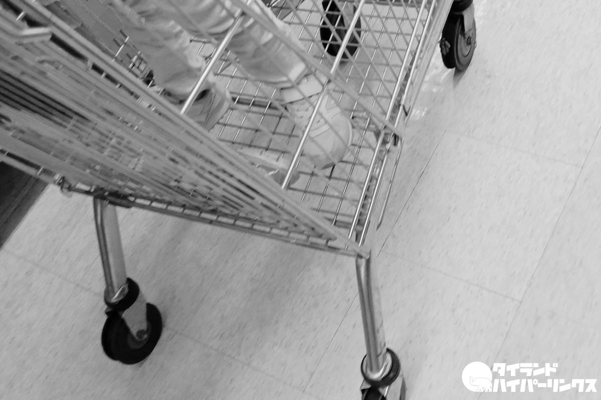 ショッピングカートに土足の子【タイの街角の風景】