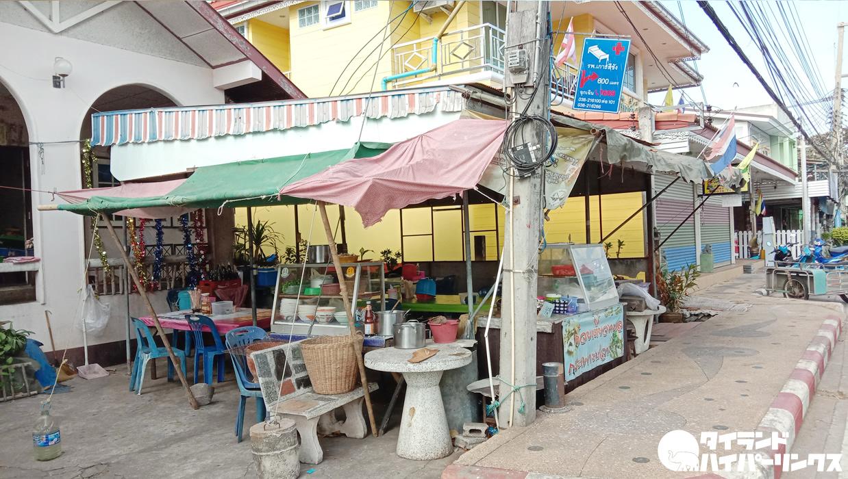 シーチャン島のタイ麺食堂、海鮮たっぷりで40バーツですって!安い!旨い!