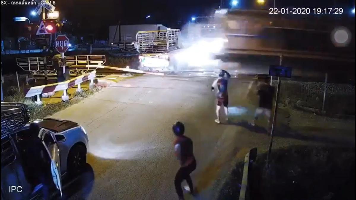タイ中部の踏切でトラック立ち往生から3分半、間に合わず列車と衝突