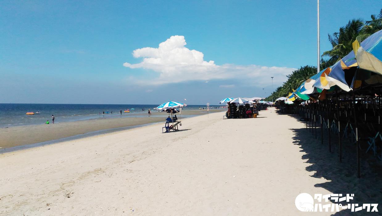 晴れた日のチョンブリ県バンセーンビーチ