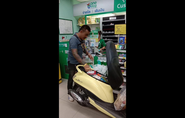 バイクでスーパーに入る、レジ袋の代替利用のUP合戦がエスカレート