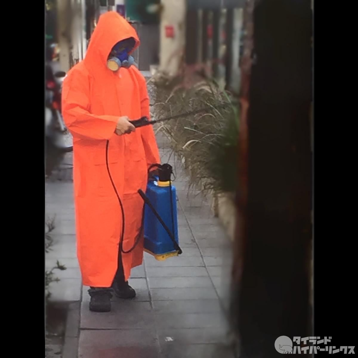 バンコクの街角で防護服で消毒中の人と出会った~