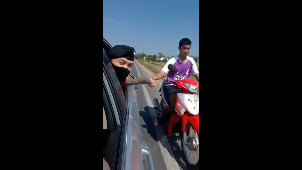 やさしいタイの警察官、手を繋いでバイクが壊れた青年を家に送る