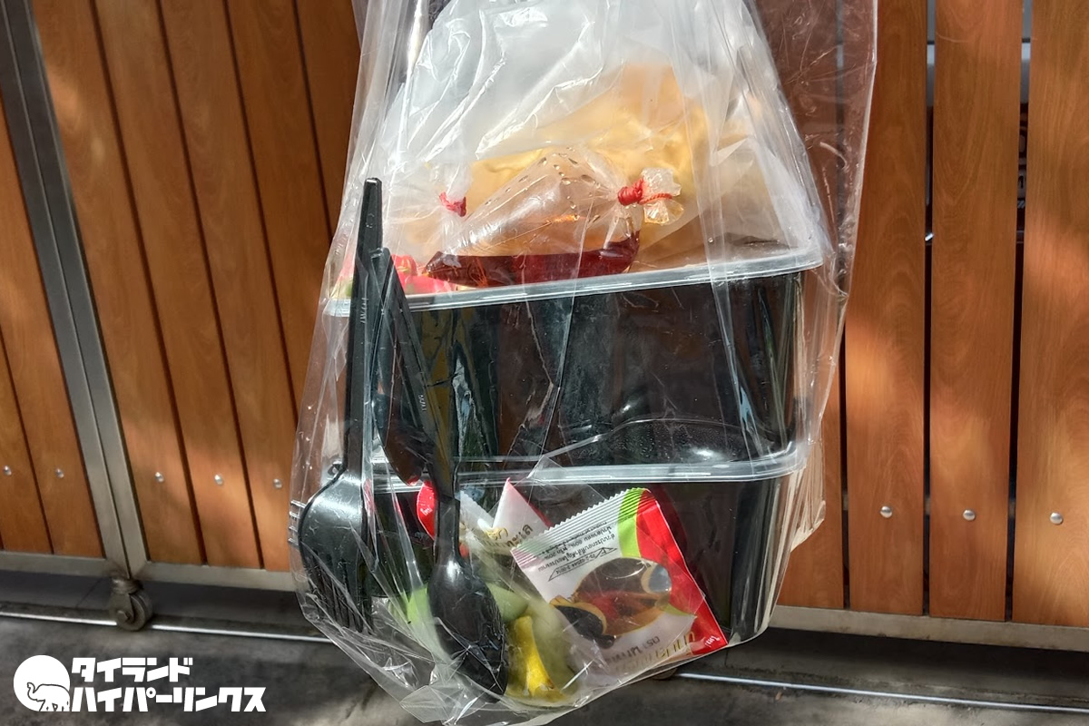 トムヤム炒飯と豚足ガパオを「ルーアムナートポーチャナー」からデリバリー