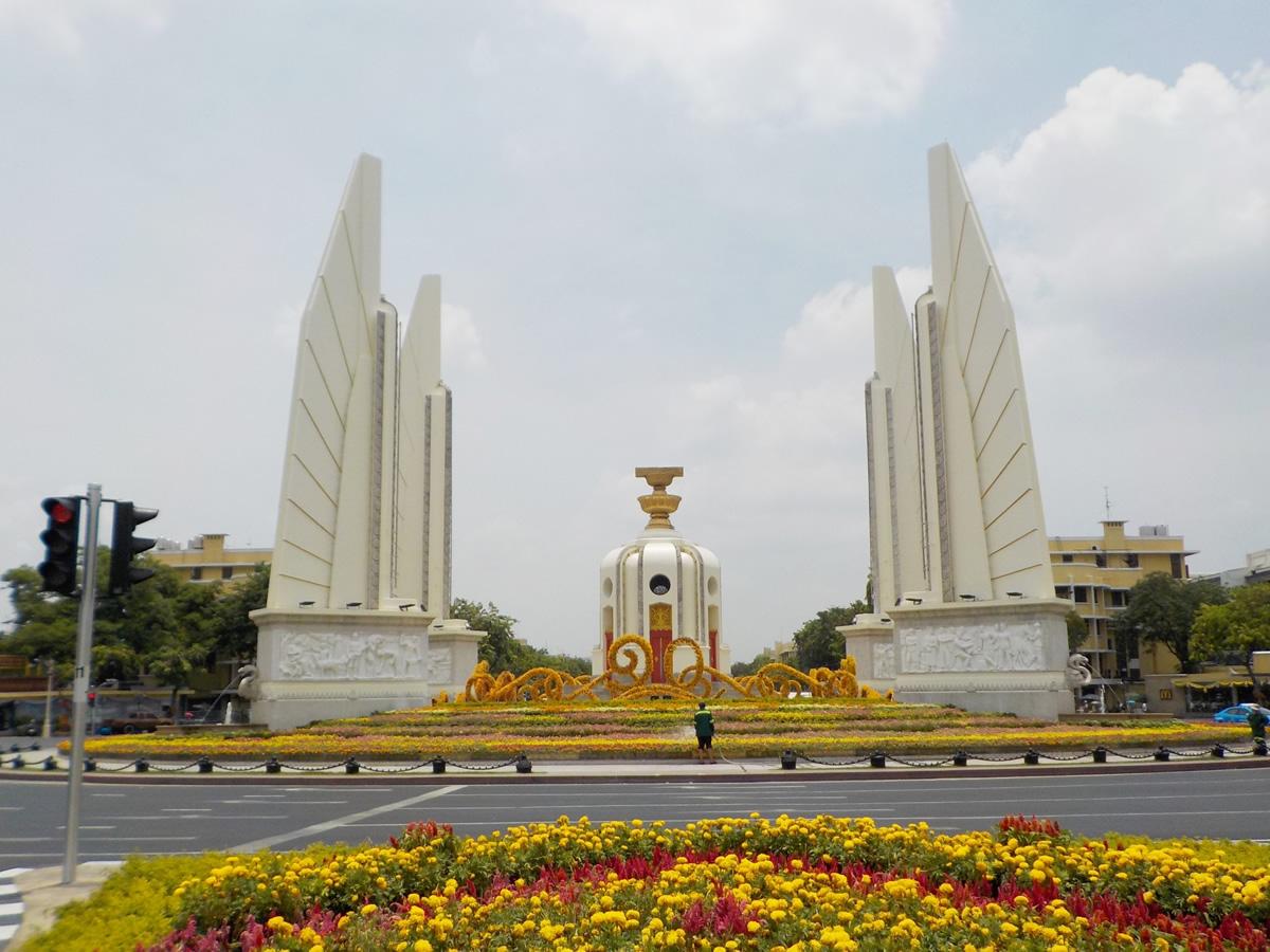 バンコク・民主記念塔前