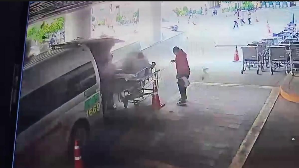 病院で救急車が爆発、患者は黒い煙に包まれる