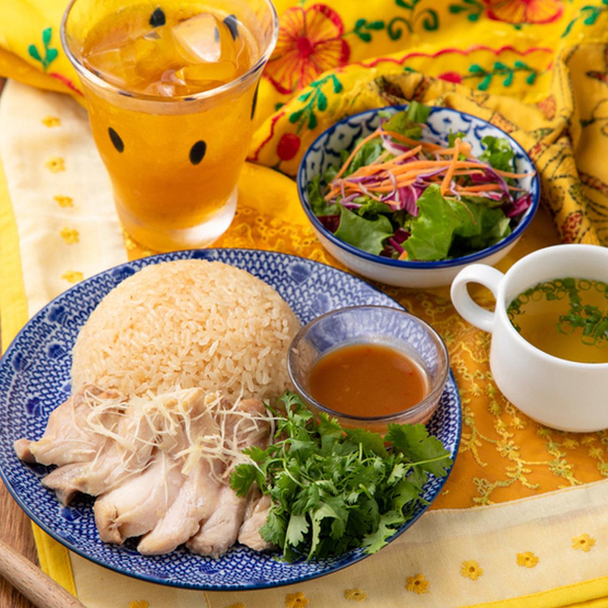 練りたて炒めたて、味はマイルド。高知県産生姜のスープ+副菜1種+ミニサラダ付きカオマンガイ¥990
