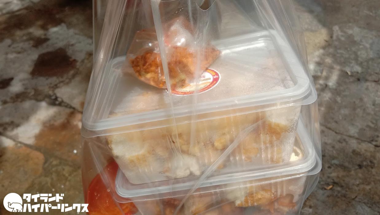 タイの揚げ豆腐「タオフートード」をデリバリー、醤油をかけて日本の味