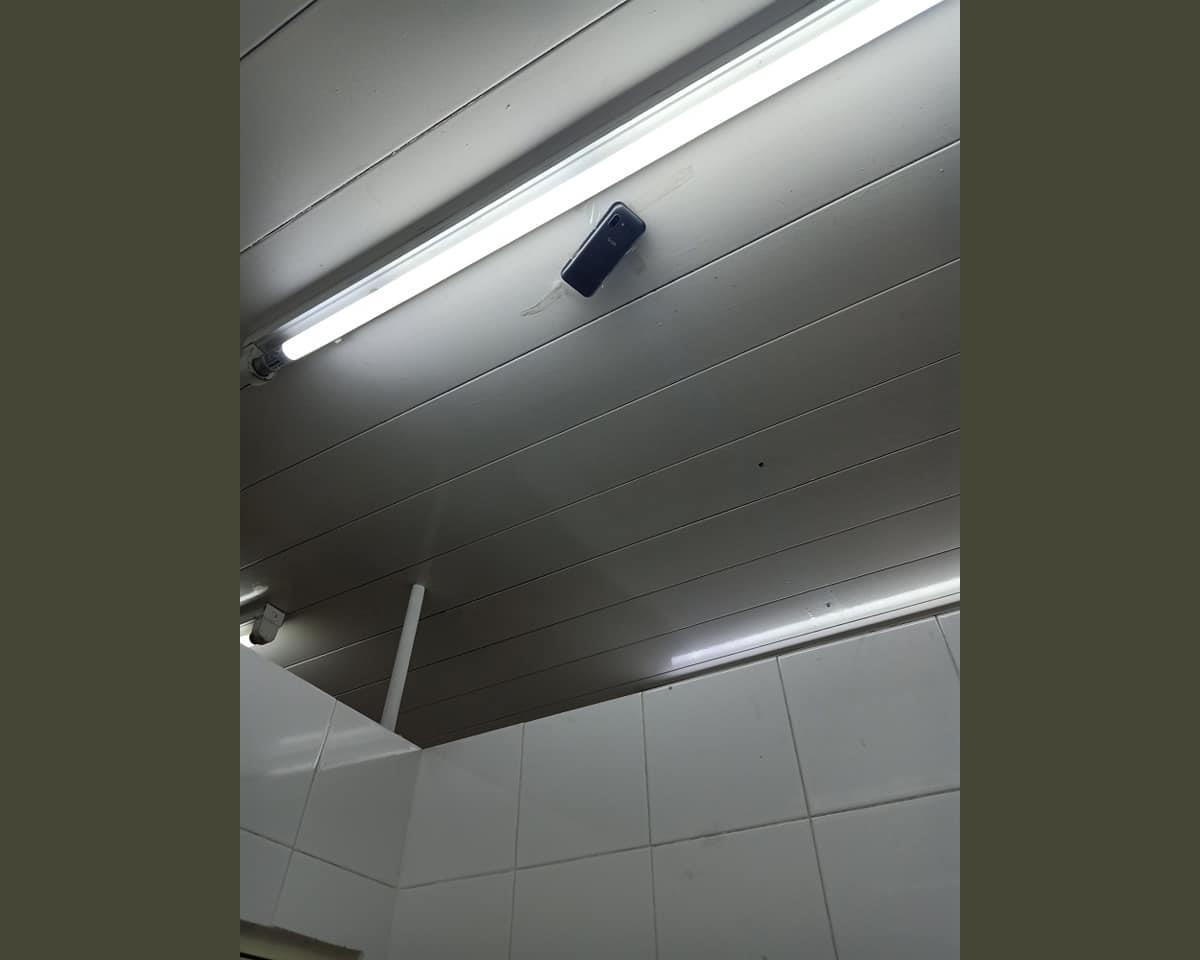 ガソリンスタンドの女子トイレの天井に貼り付いた盗撮用携帯電話