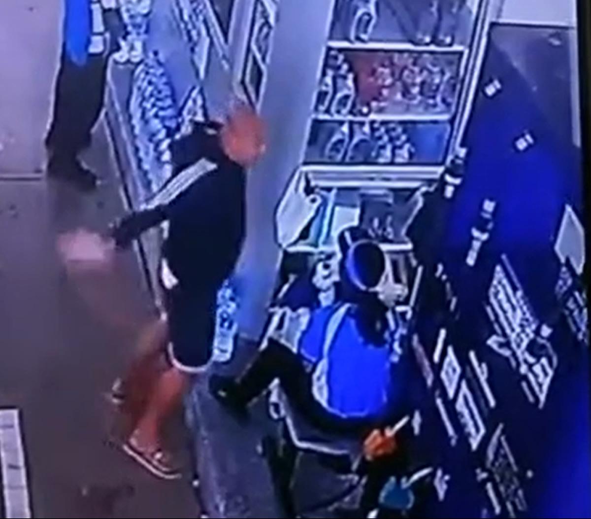 有名アクション俳優がガソリンスタンドで女性店員を平手打ち