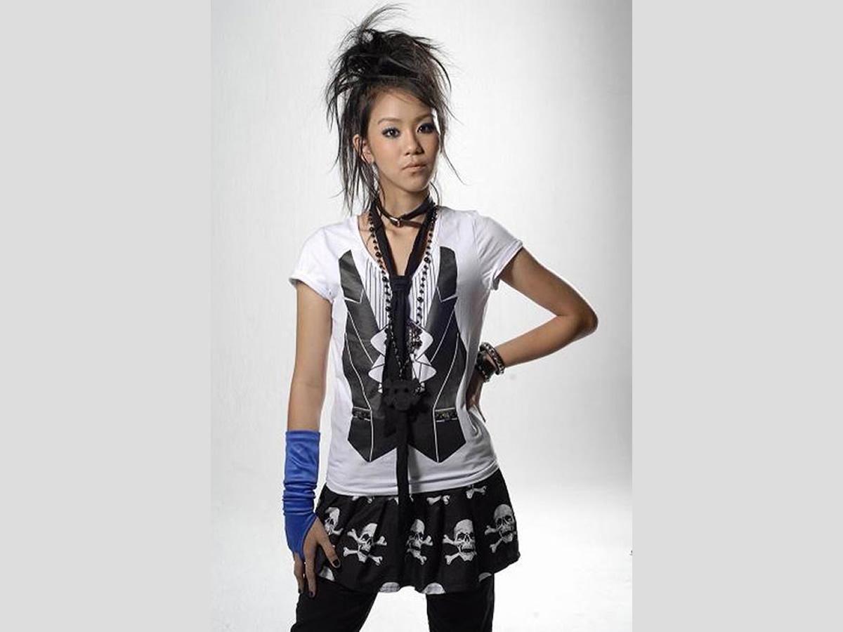 タイ人歌手カノムジーン。教科書に掲載された2007年のファーストアルバム「ขนมจีน(カノムジーン)」の衣装の写真