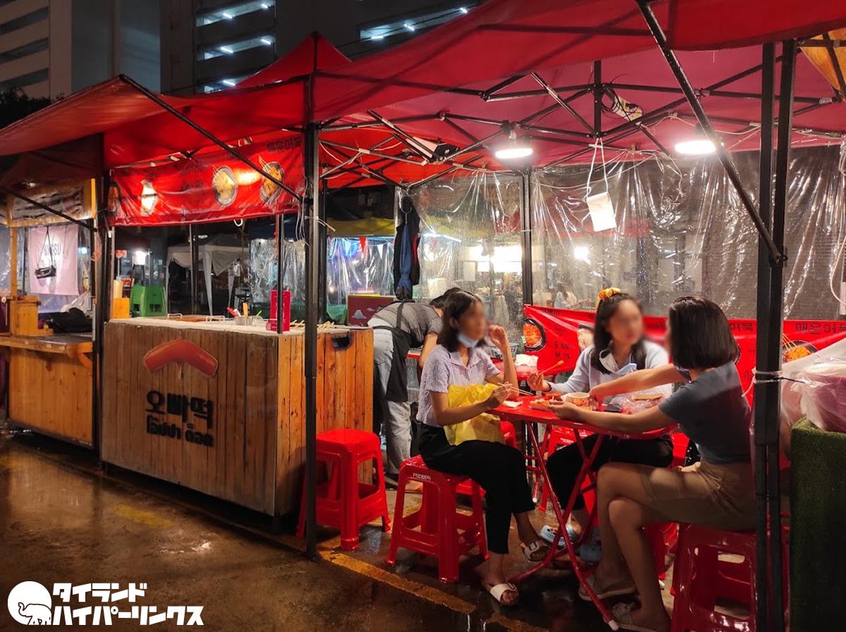 バンコクのナイトマーケットで韓国料理屋台を発見!トッポギとオデンを食べる