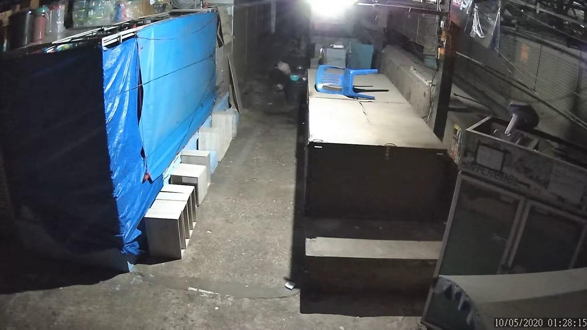市場の隅で放尿・脱糞する女たち、商人は我慢の限界で監視カメラの動画を公開