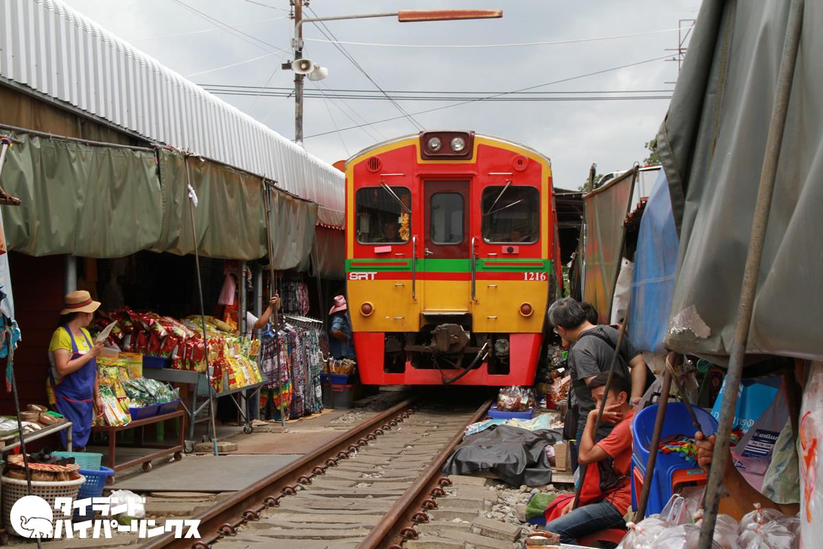 タラート・ロムフッブ(ตลาดร่มหุบ)と呼ばれるメークローン線の線路市場
