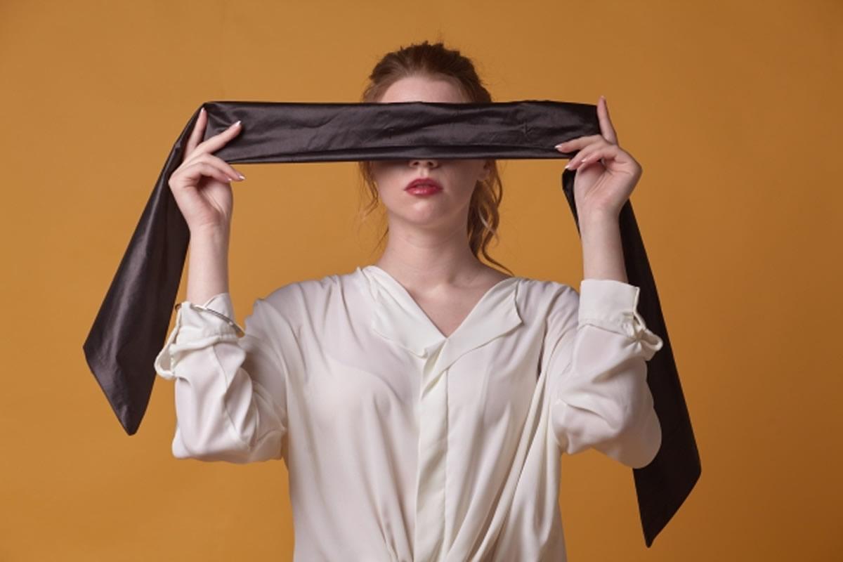 目隠しされた制服姿の娘、連れて行かれ先で見た物とは・・・