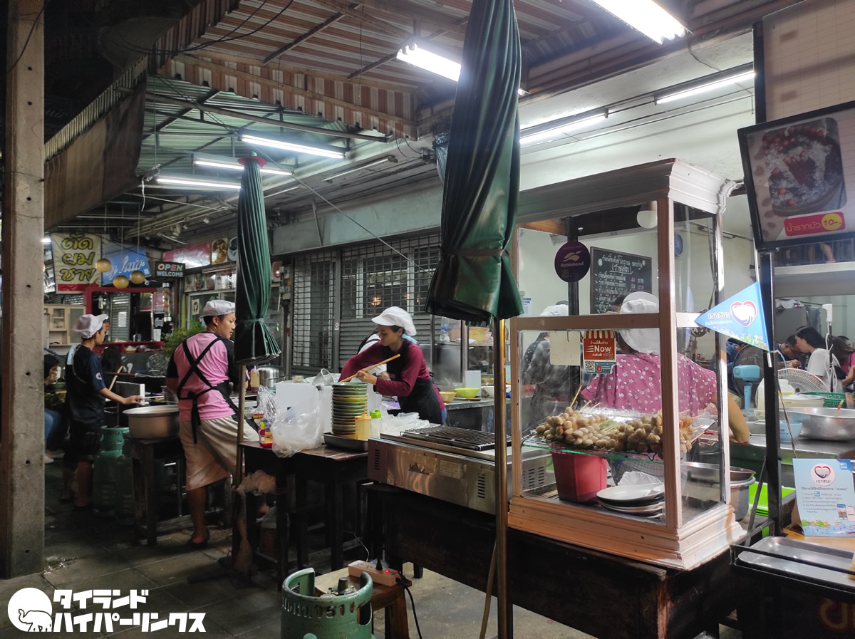 大人気の具だくさんトムヤム麺の店「プレーウ」@プラチャラートバンペーン通り