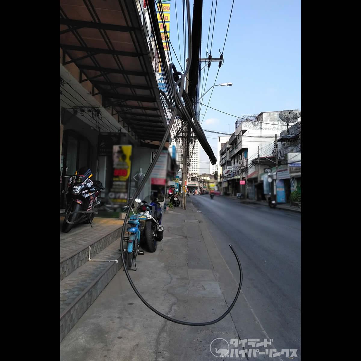 垂れ下がったケーブルが首に絡まる、バイク走行中に首が切れて死亡