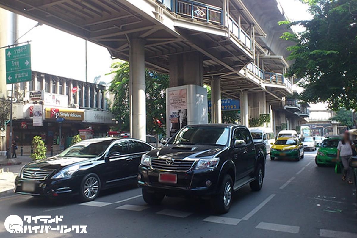 バンコクのBTSサラデーン駅から男性が転落