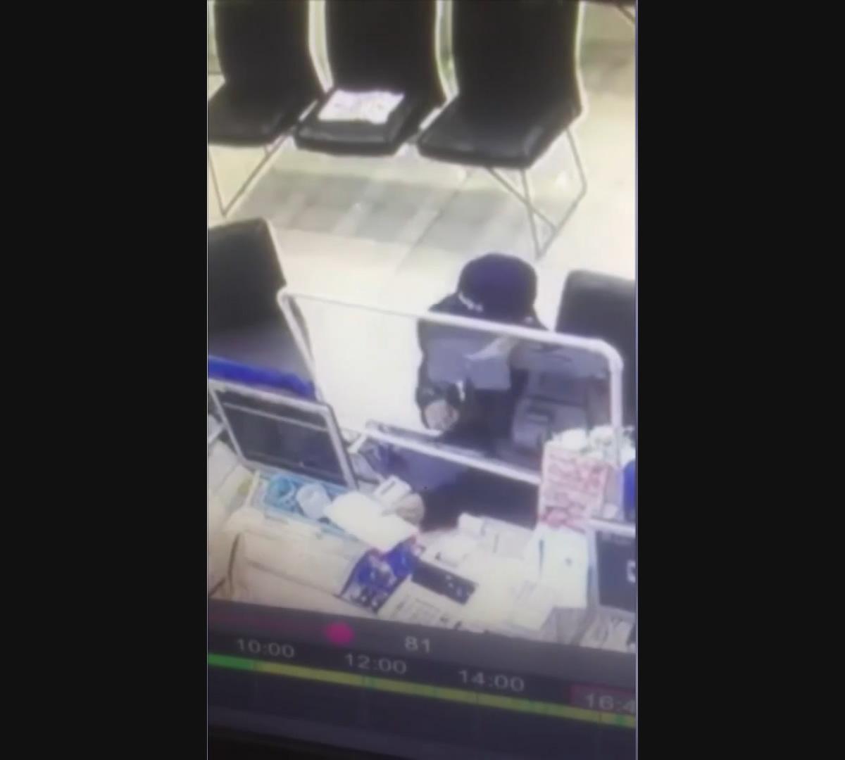 静かなる銀行強盗、周りの人々に気付かれず8万バーツを奪って逃走