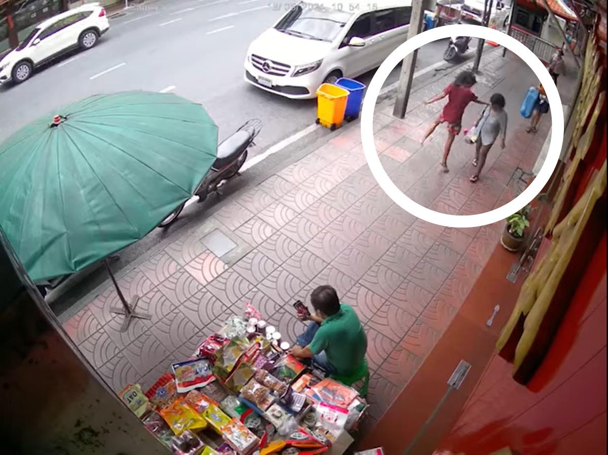 ホームレスの女がジャンピング平手で通行人の女性をノックアウト