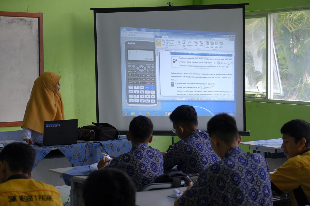 関数電卓を活用した授業の様子(インドネシア・西スマトラ州)