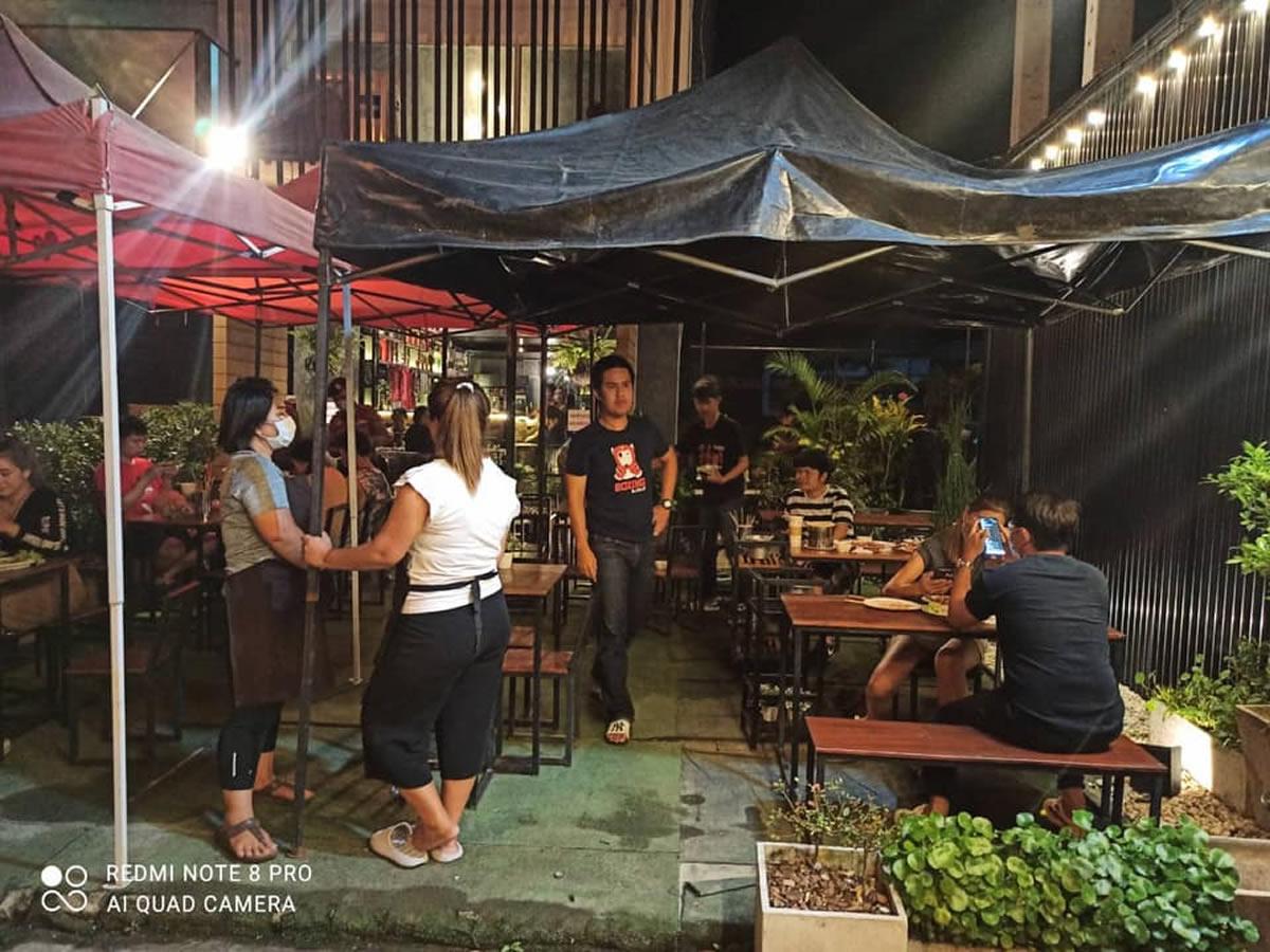 チェンマイでアルコール飲料提供の飲食店を摘発、店主と客ら13人を逮捕