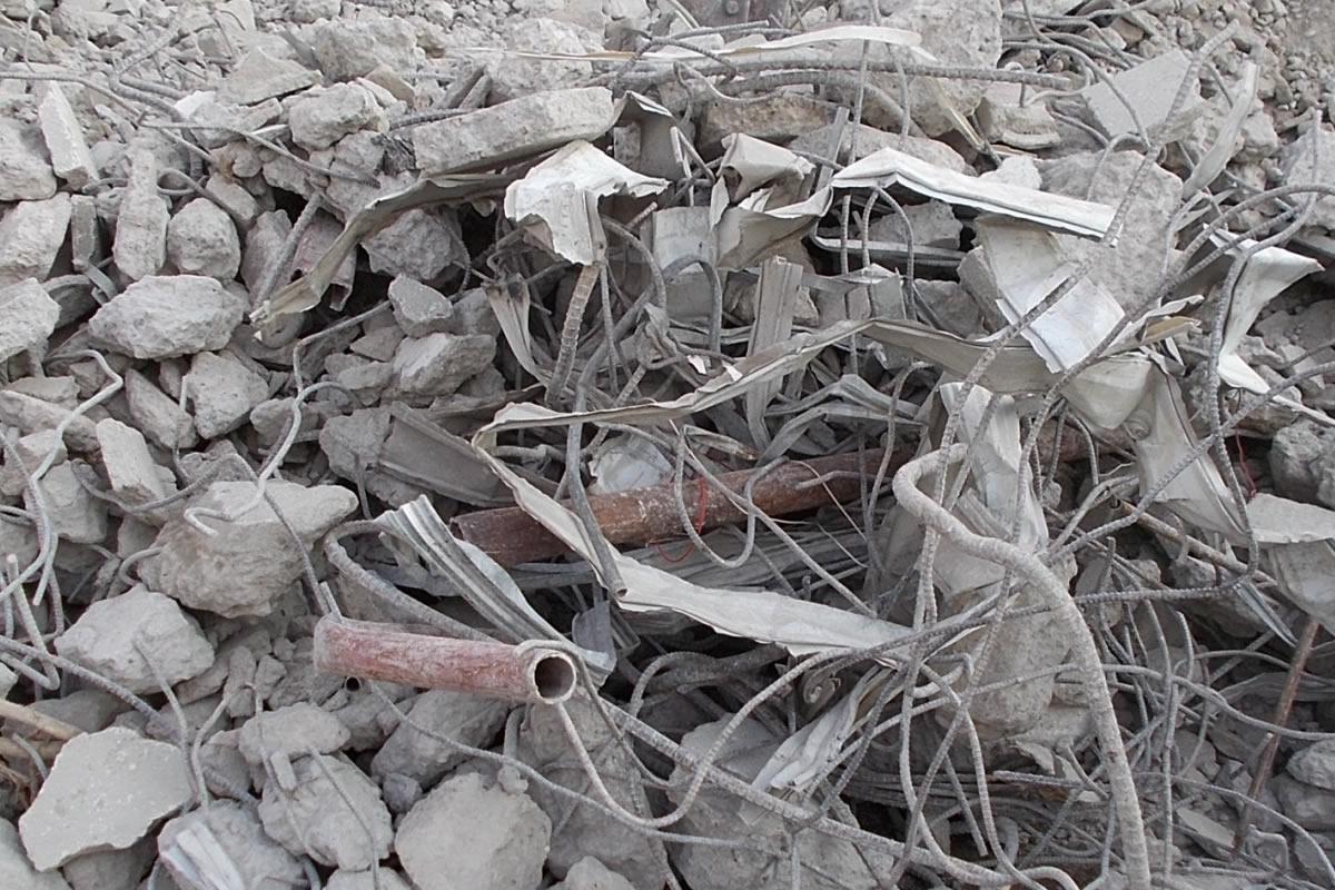 解体中の7階建てビルが崩壊、瓦礫の中に1名