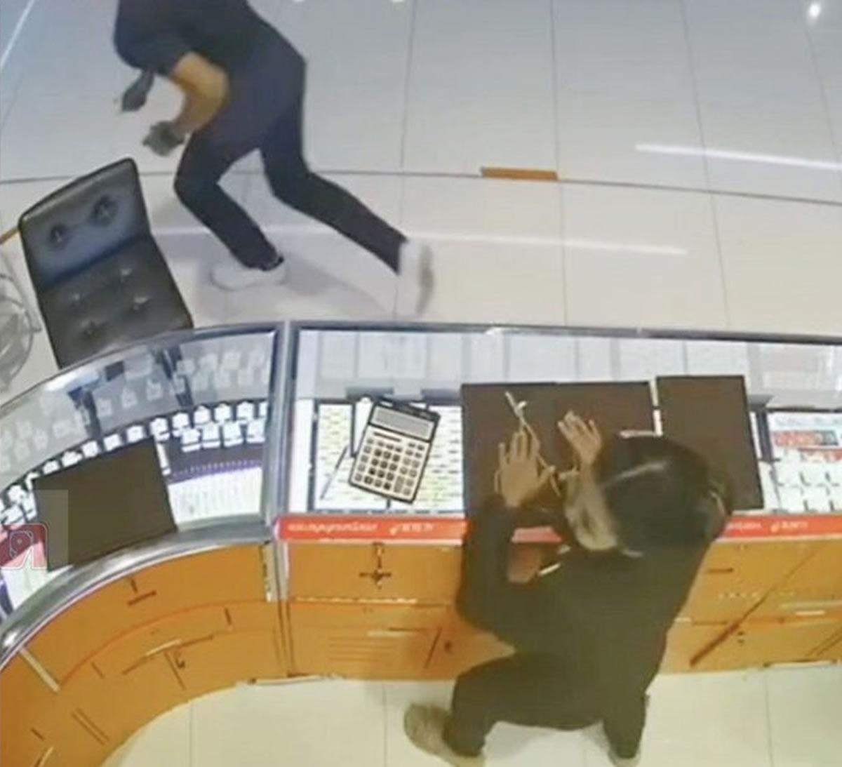 おっちょこちょいゴールド強盗、スマホを落として身元バレる