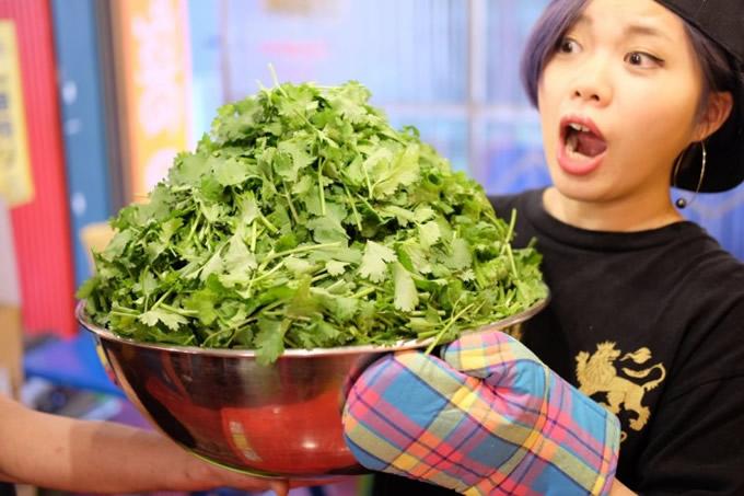 パクチー激盛り「ダイナマイトラーメン」に挑戦でパクチー食べ放題が一生無料に!