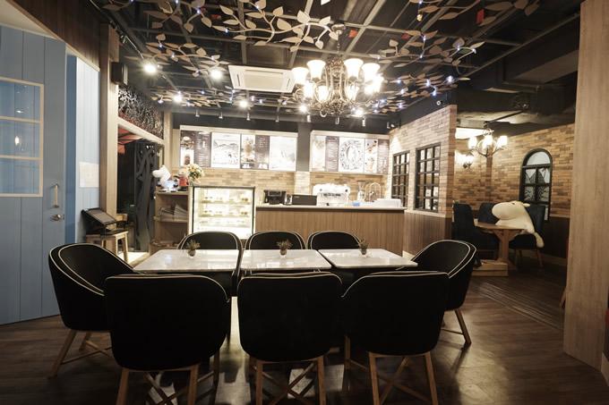 ムーミンカフェ・タイランド店頭と店内の様子