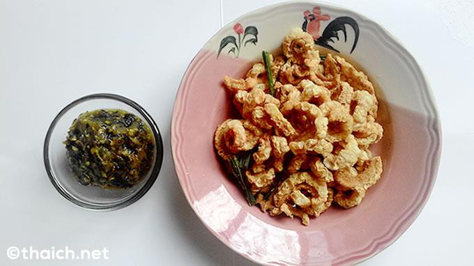豚皮の素揚げ「ケープムー」と唐辛子のディップ「ナムプリック・ヌム」