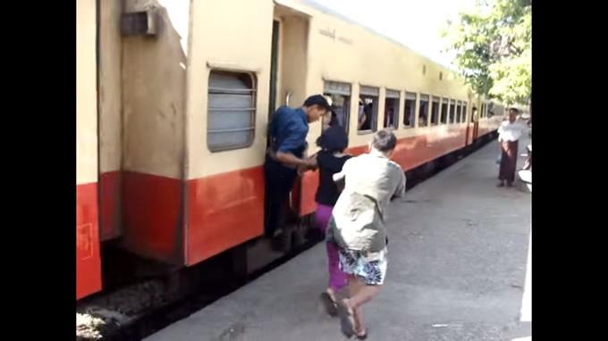 ミャンマーの衝撃的な電車の乗り方に驚愕