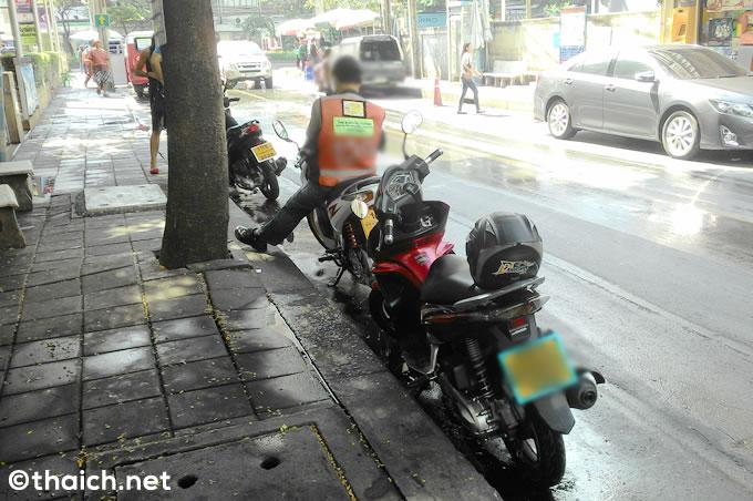 バンコクで歩道を走るオートバイの取り締まり強化、罰金は1000バーツに引き上げ