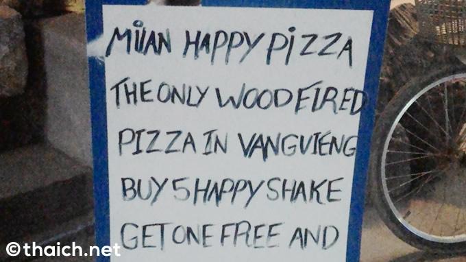 「ハッピーピザとハッピーシェイクあります」の看板