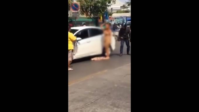 酔った全裸女性が路上でダンス、タイ・バンコクの交通事故現場で