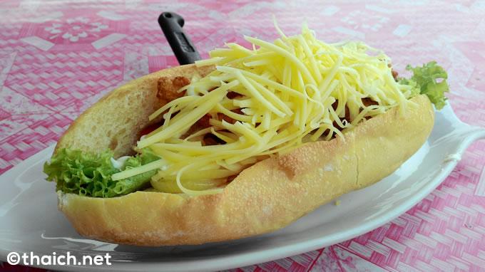 ラオスといえばフランスパンのサンドイッチ!