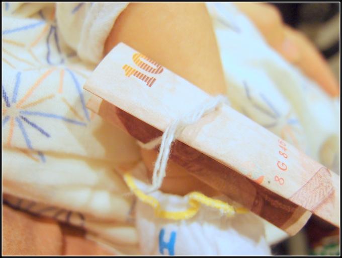手首に巻かれている白い糸「サイシン」。