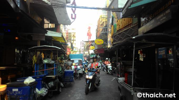 バンコクの歓楽街ソイカーボーイが夕方にはグルメストリートに?