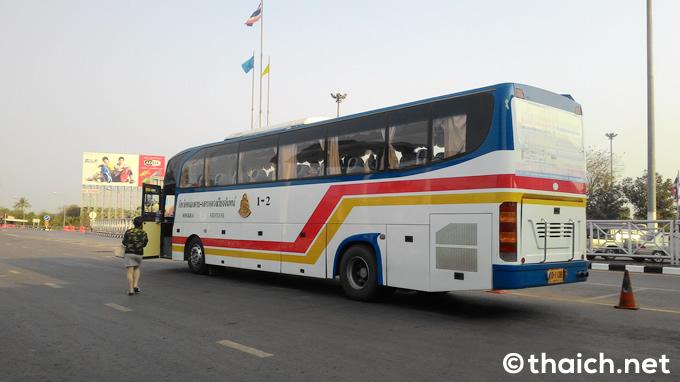 タイからラオスに入国する国際バス